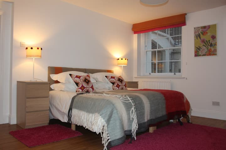Cozy and Central 2 Bedroom for 5 (refurbished)