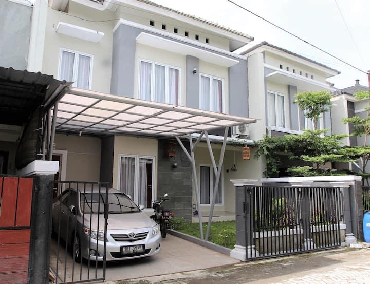Cozy 3BR house by House of Raminten (Antigen)