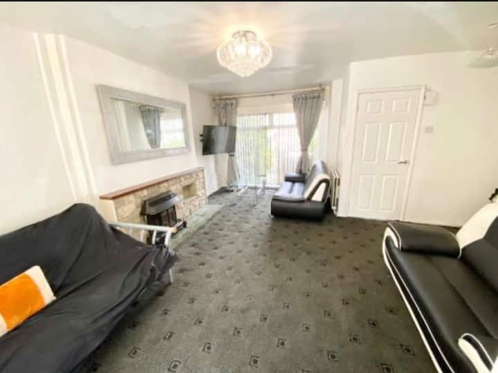 Large 4 Bed House Next to City Centre