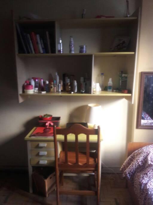 Estantes, home office para estudo ou trabalho
