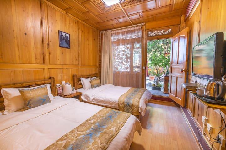 丽江古城+独立卫浴+1.2米双床房+空调标间+纳西四合院,近四方街,位置优越,出行方便③清逸居客栈。