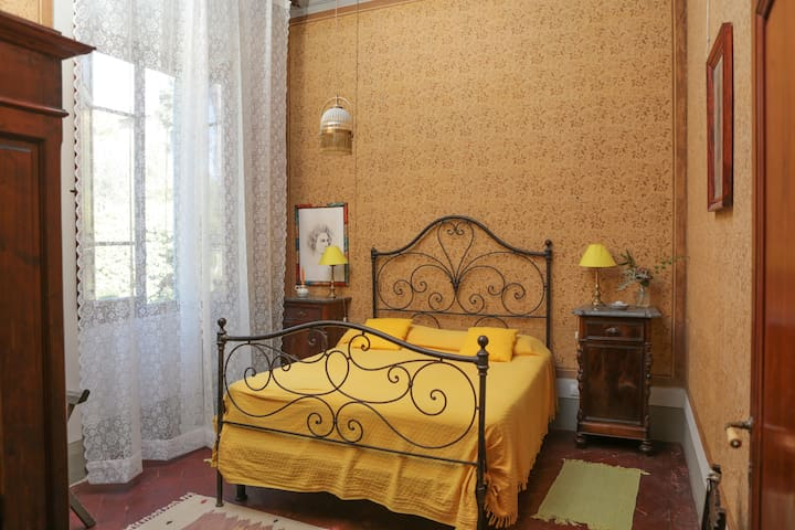 Il Villino bedroom 3: yellow bedroom / camera gialla