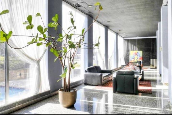 2 Bedroom High-Rise Condo Downtown ATL w/Concierge