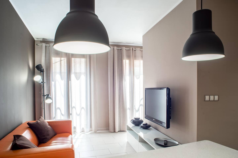 Luminoso salón comedor con TV, Wifi, aire acondicionado y calefacción. Con vistas a calle semipeatonal que permite disfrutar de la estancia sin ruidos  en los momentos de descanso.
