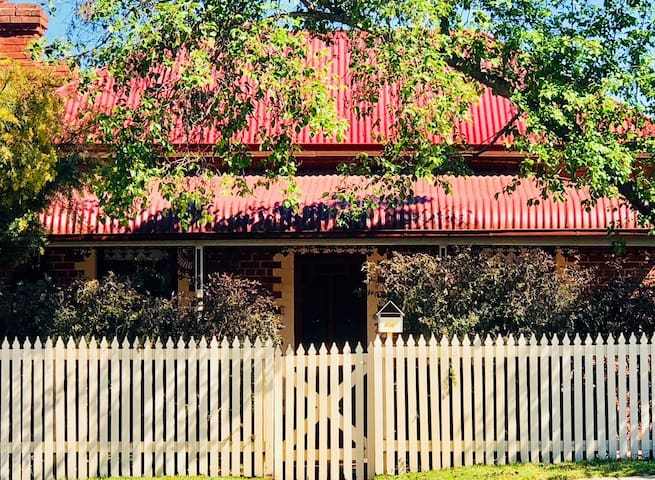 Central, cosy and private Wyse Cottage
