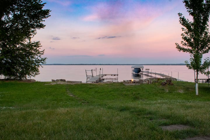 Sweet beach front on Lake Koshkonong w/large house