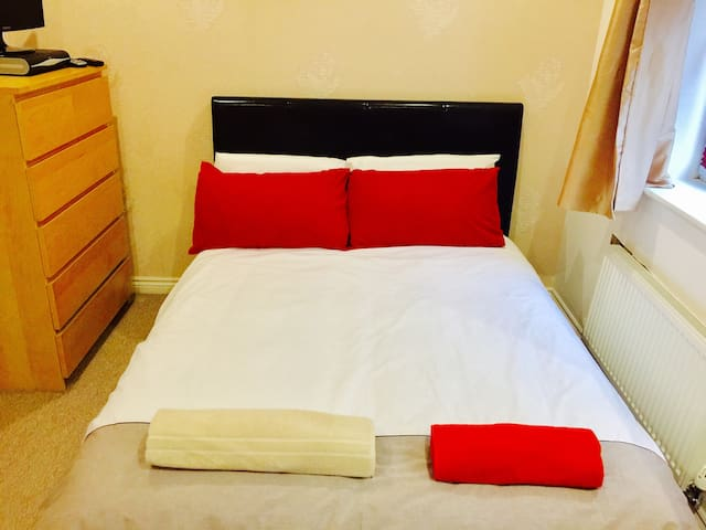 A lovely modern double bedroom - Wolverhampton - Ev