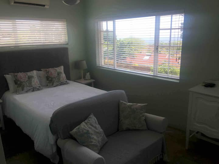 Bed sitter studio flatlet gem, with sea views.