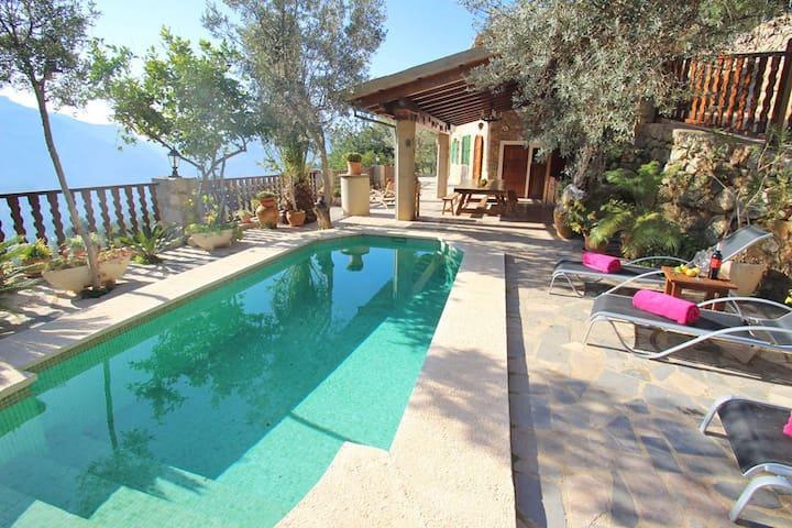 Villa isolée avec Wi-Fi, piscine, jardin et vue panoramique sur les montagnes.
