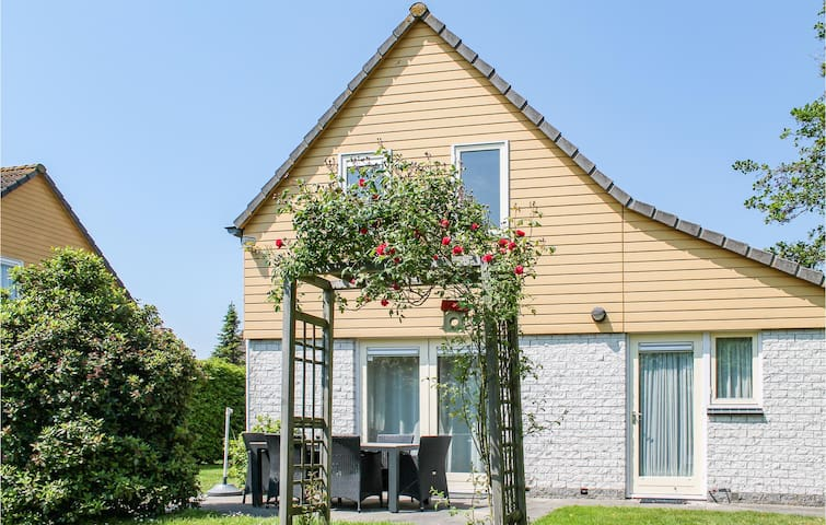 Holiday cottage with 4 bedrooms on 130m² in Wemeldinge