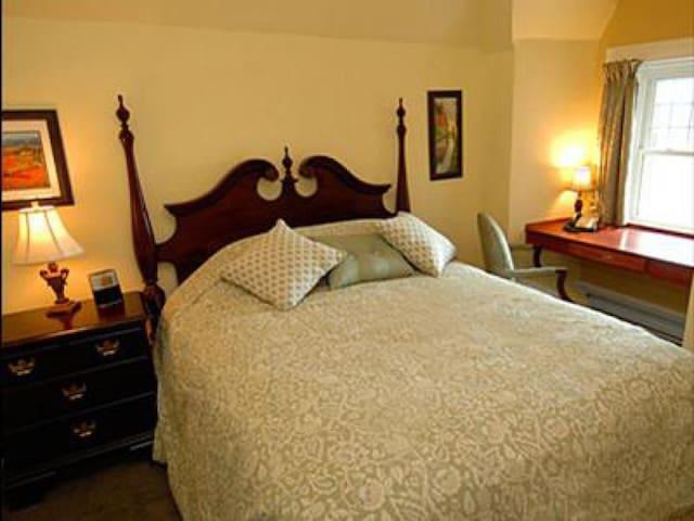 Queen Elizabeth Room at The Clocktower Inn