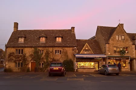 18th Century Character Cottage - Bourton-on-the-Water - House