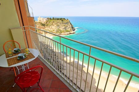 Sea View Balcony into the Cliffs - Tropea - 아파트