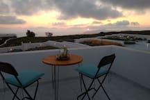 θέα δυτικά προς καλντέρα και νησάκια Παλιά Νέα Καμένη,   Ασπρονήσι και Οία από ταράτσα