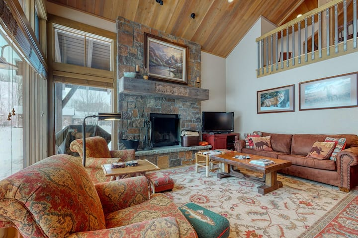 Elegant & spacious cabin w/mountain views, deck, jetted tub, and wood fireplace