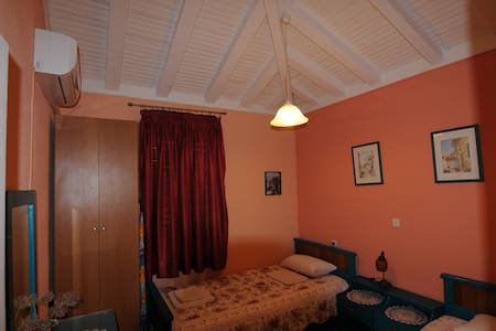 Two Single Beds Room in House with Beach - Sporades - Huvila
