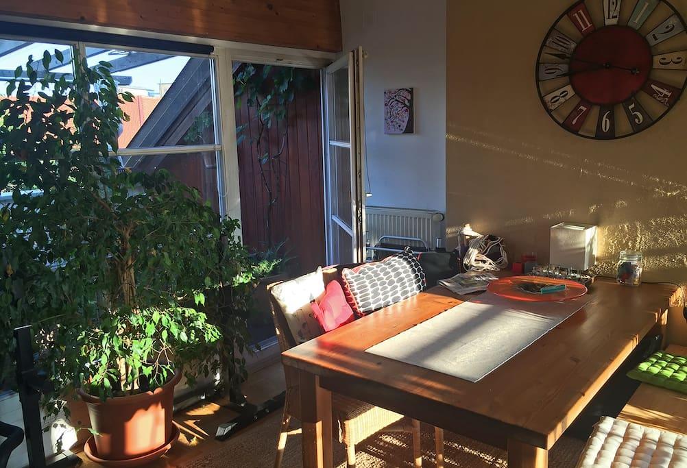 Blick zur kleineren Terrasse mit Morgensonne