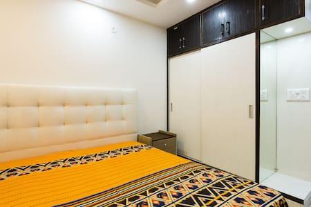 Beautiful Pvt Room in 4BR homestay - New Delhi - Apartment