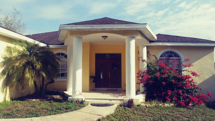 Cozy home in Valrico 30 mins from Tampa airport.