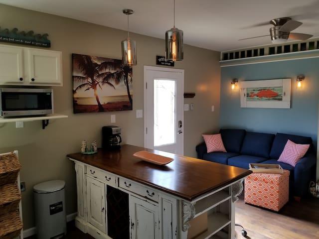 Charming Islander Apartment