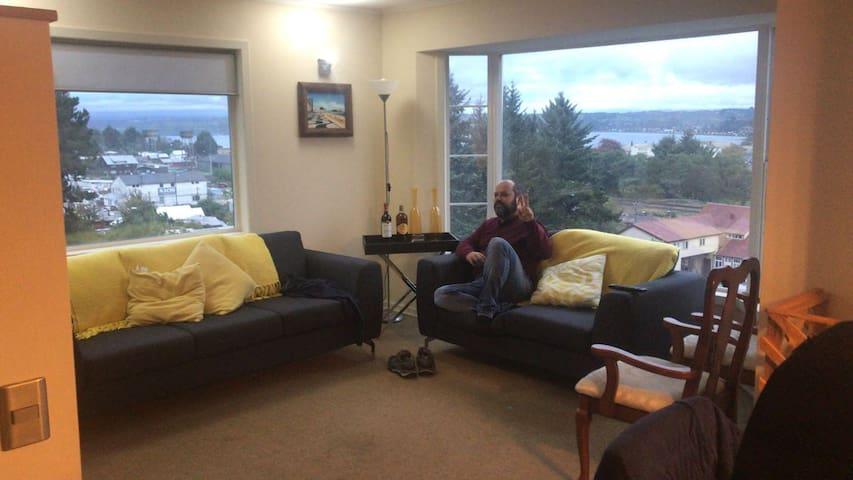 Living Principal de la Casa. Excelente Vista. televisor con cable, dos comodos sillones y sitiales.