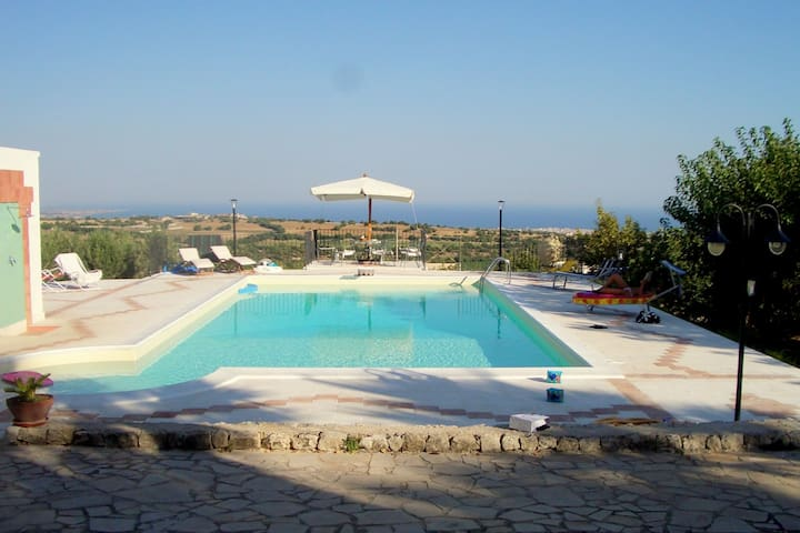 Beautiful and spacious villa in Modica countryside with private pool