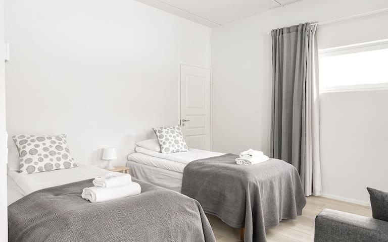 Kaksi yhden hengen vuodetta, liinavaatteet ja pyyhkeet - Two single beds, linen and towels - Standard Studio - Hiisi Homes Riihimäki