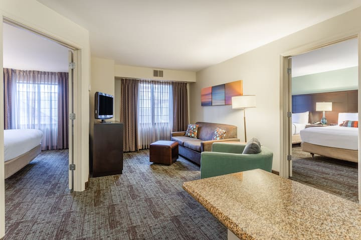Great Suite in Davenport | Free Breakfast, Free Wi-Fi, Indoor Pool + Hot Tub