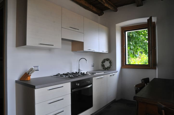Cucina moderna con finestra sul giardino con vista lago