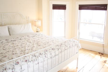Spacious Victorian 3BR, Luxury Beds, Walk Downtown - Newburyport