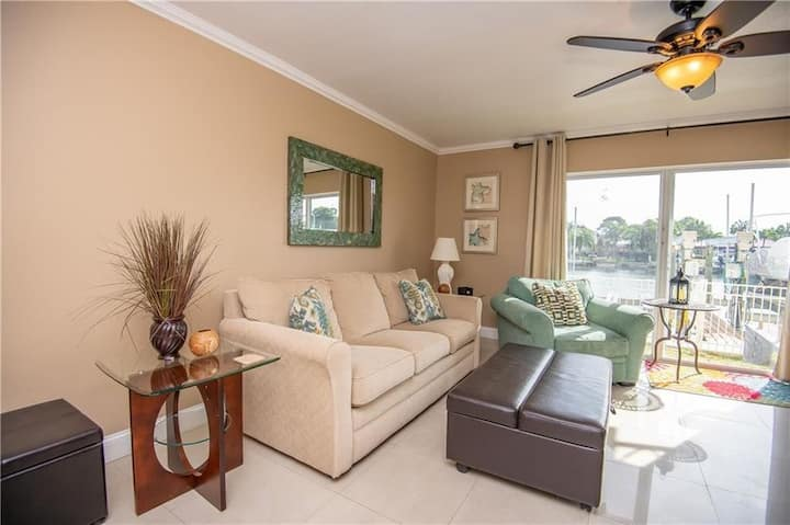 BEAUTIFUL CONDO ON THE BAY & ACROSS FROM THE BEACH