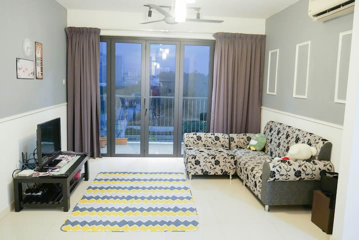 6 person Comfy Home within 7km to Mid Valley City