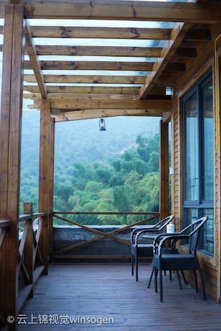 从5楼的木质走廊远眺庐山
