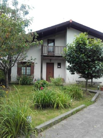 villa amplia con jardín privado