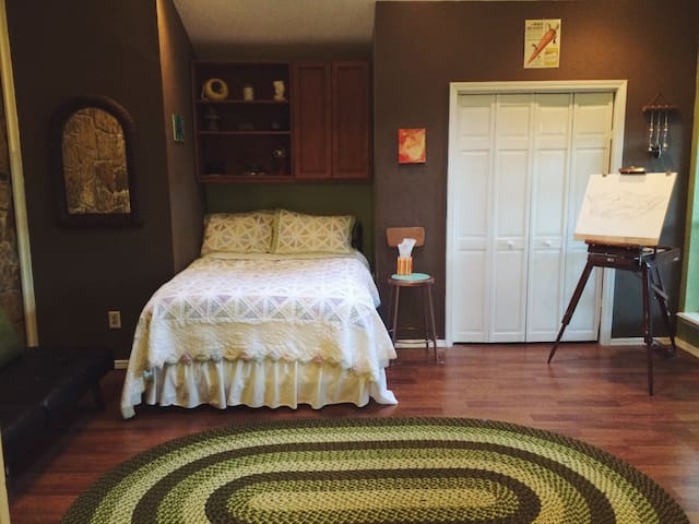 Huge, Earthy, 2 room suite a short drive from OU - Norman - House