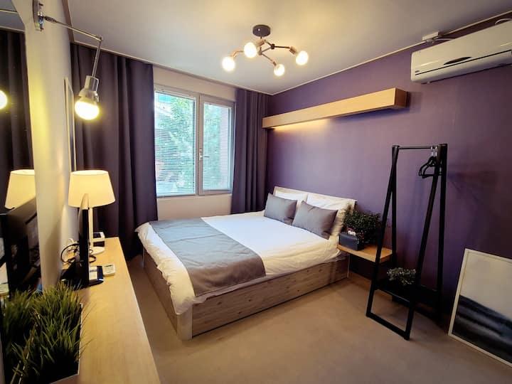 * 홍대역 5분거리* 호텔급 인테리어,더블룸 & 개별 화장실&매일청소
