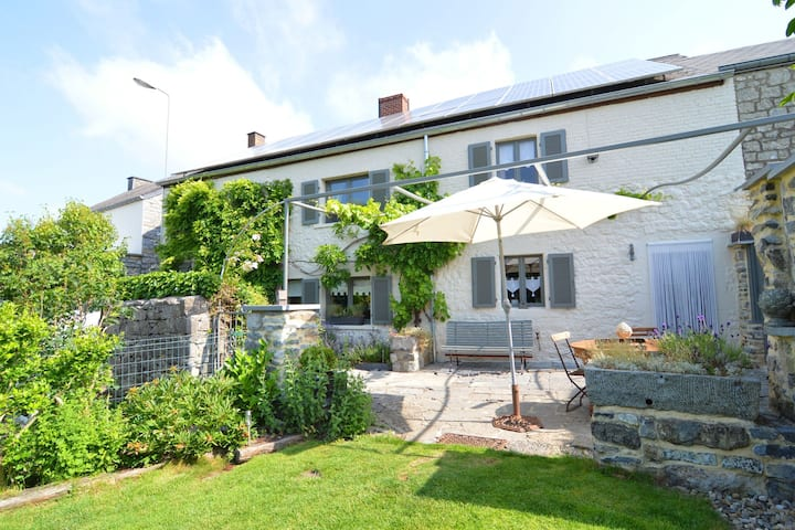 Charming cottage, tastefully presented and located in the Meuse valley.