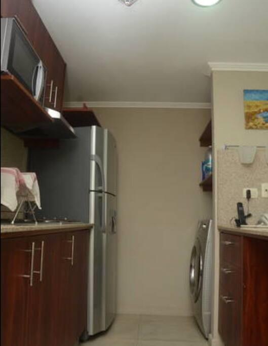 Cocina americana. Tiene Cocina, microondas, refrigeradora, lavadora, secadora y todos los utensilios necesarios.