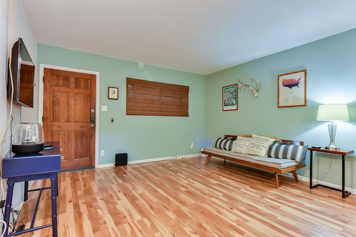 Cozy condo in Tarrytown, minutes from downtown