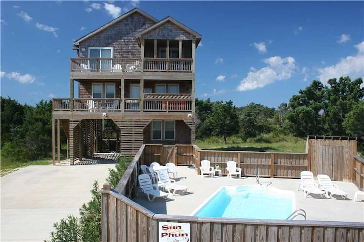 Fun, cheerful Hatteras  beach house w/Pool & HotTub!