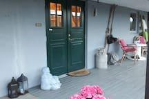 Inngangsparti som blir delt med husvert