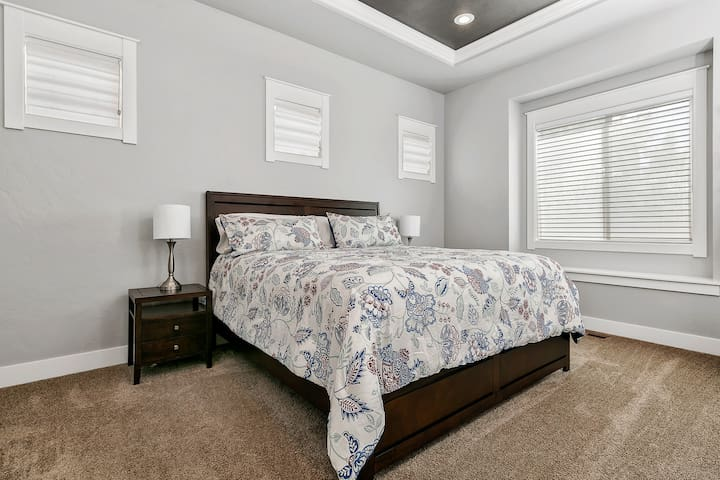 The Master Suite features a King Size bed with Sealy Posturepedic Mattress