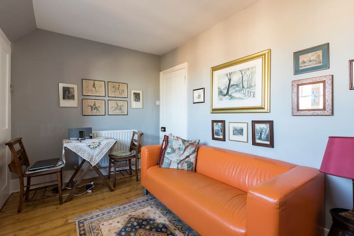 Top floor flat with roof garden near train station