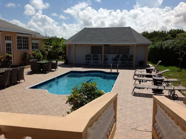 Ocean Breeze Villa - Oceanview - 2 Mins from beach - Whitby - Konukevi