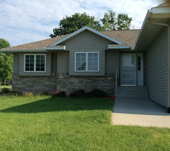 Clean, Quiet &  Entire House - Mankato - Huis