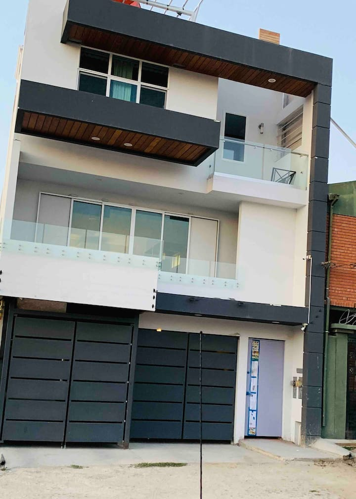 Room in modern home 3 mins from San Ysidro border