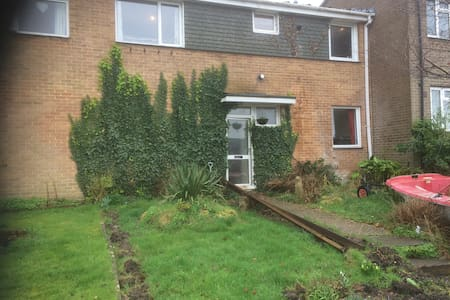 Family home for mum, dad, children and the hound/s - Bournemouth - Casa