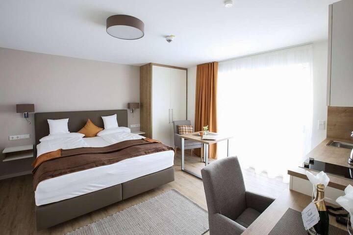 App. Hotel Fidelio (Bad Füssing), Einzimmer-Suiten Typ 4 mit Balkon und ebenerdiger Dusche