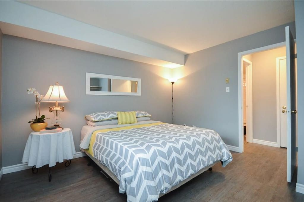 Private guest room with Queen size bed.