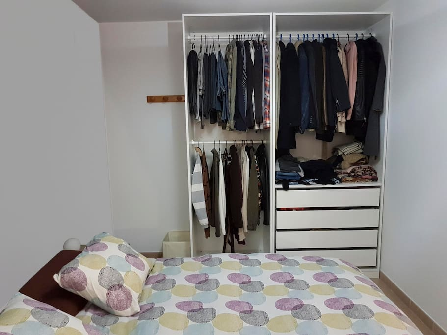 Habitación con armario disponible